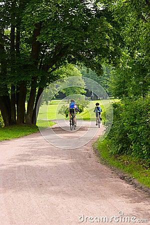 Sommige fietsers op het park volgen