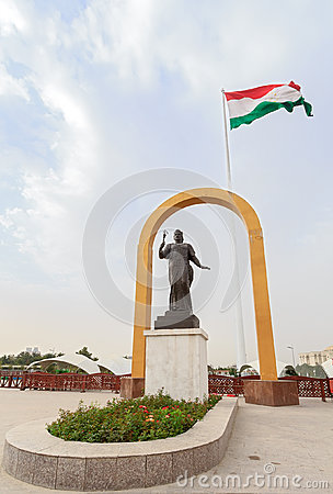 Free Somoni Statue In Front Of The Flag Of Tajikistan. Dushanbe Royalty Free Stock Images - 44618979