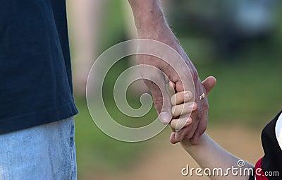 Son för faderhandholding s