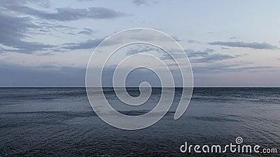 Sonderkommando des spanischen Ozeans an einem windigen Abend Costa Brava stock footage
