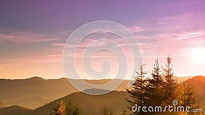 Sonnenaufgang über den bewaldeten Bergen Zeitspanne 4K