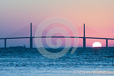 Sonnenaufgang an der Sonnenschein Skyway Brücke