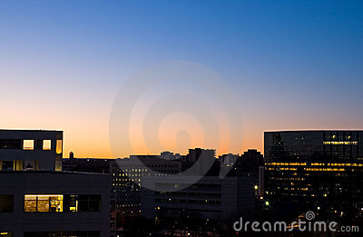 Sonnenaufgang und Bürohaus