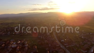 Sonnenuntergang über Transylvanian-Dorf stock footage