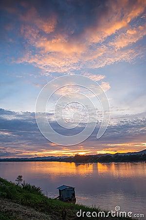 Sonnenuntergang im Fluss.