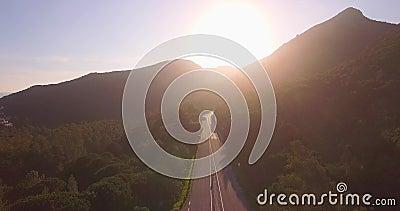 Sonnenuntergang-Luftreisen mit einer Straße und Bergen stock video footage