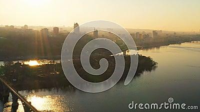 Sonnenuntergangvogelperspektive von Stadtskylinen, Dnepr, Ukraine stock footage