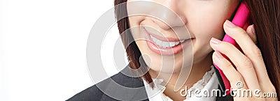 Sonrisa de la mujer de negocios que habla el teléfono móvil
