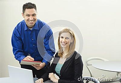 Sonrisa de los trabajadores cerca del escritorio