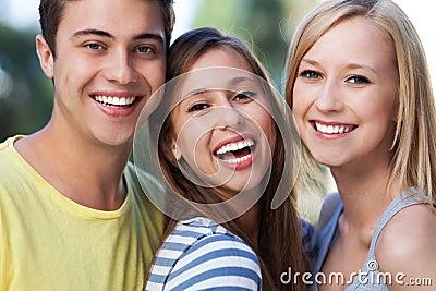 Sonrisa joven de tres amigos