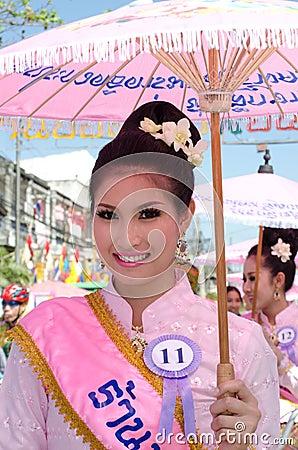 Sonrisa tailandesa de la señora del ⢠en el desfile del pedal una bicicleta. Imagen editorial