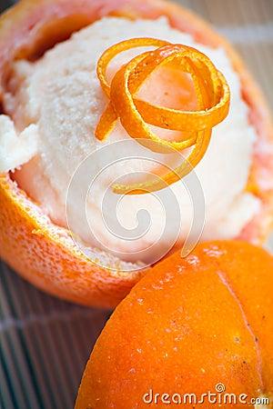 Sorbete anaranjado en frutas ahuecadas