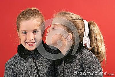 Sorella che dà un bacio