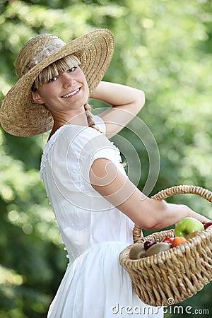 Sorglose Frau mit einem Strohhut