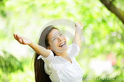 Sorglose freudig erregt zujubelnde Frau im Frühjahr oder Sommer