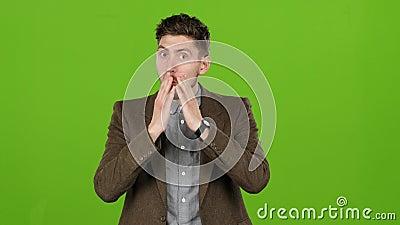 Sorprenden al individuo, las acciones de la gente apenas lo choca Pantalla verde almacen de metraje de vídeo