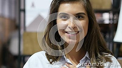 Sorprendido por sorpresa, chica joven hermosa que expresa felicidad