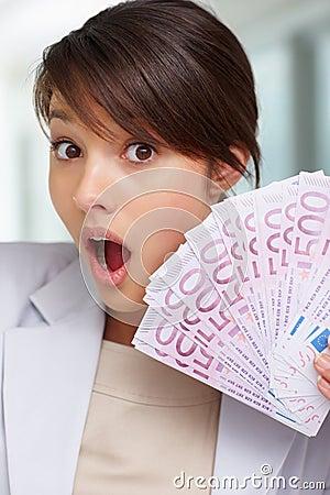 Sorpreso - femmina con un ventilatore di cinquecento euro