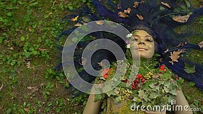 Sorridere la personificazione della natura nella foresta, ambiente del pianeta sicuro, ecologia archivi video