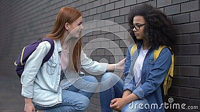 Sorridere uno studente universitario incoraggiando un nuovo compagno di classe a prendere la mano, aiutare archivi video