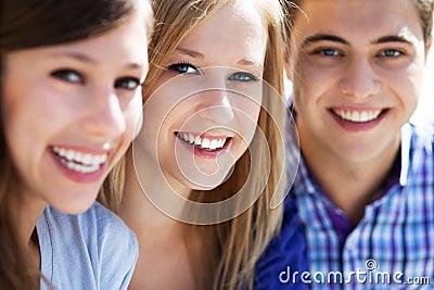 Sorriso de três jovens