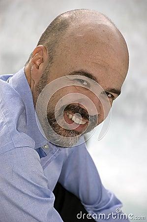 Sorriso envelhecido médio do homem