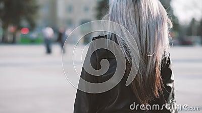 Sorriso luminoso di camminata femminile biondo grazioso della via archivi video