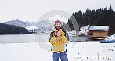 Sorriso novo carismático do turista grande na frente da câmera e guardar um copo do ferro com bebidas do chá para obtê-lo morno video estoque