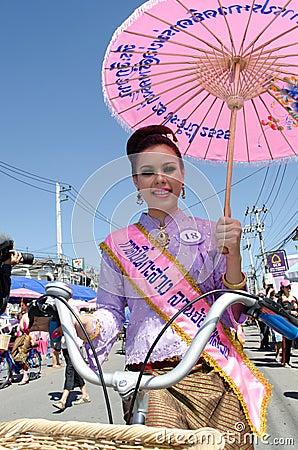 Sorriso tailandês da senhora do ⢠na parada do pedal uma bicicleta. Imagem Editorial