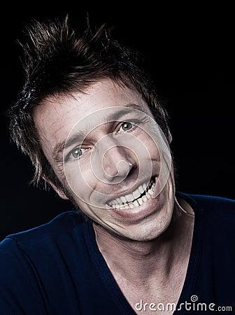 Sorriso toothy facente smorfie del ritratto divertente dell uomo