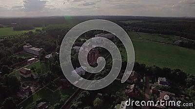 Sorvolare il villaggio di Lukino con la cattedrale di ascensione, la Russia archivi video