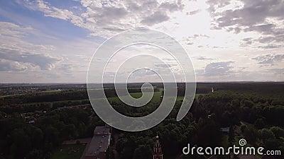 Sorvolare monastero e la cattedrale trasversali santi di ascensione in Lukino, la Russia video d archivio