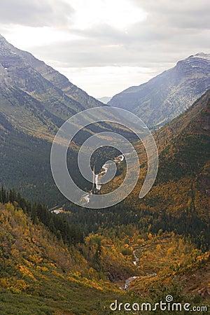 Sosta nazionale del ghiacciaio: strada del Andare---sole