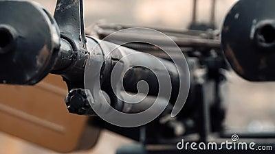 Sowjetische Armeewaffen im Hintergrund der Berge stock footage