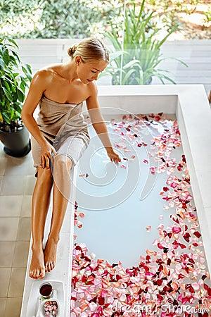 Spa För Hudomsorg Behandling Kvinna På Badkaret Blomma Rose Bath ...