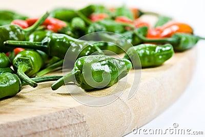 Spaanse pepers op hakbord