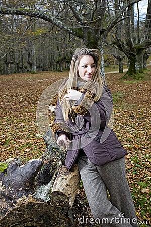 Spadek lasu dziewczyna