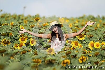 Spaßfrau auf dem Gebiet der Sonnenblumen
