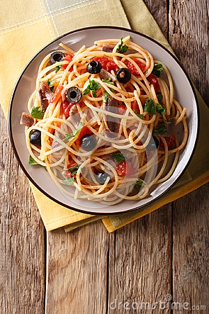 Free Spaghetti Alla Putanesca With Anchovies, Tomatoes, Garlic And Bl Royalty Free Stock Photography - 111111787