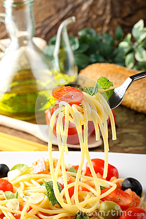 Spaghetti with fresh tomatoes, olives and mint