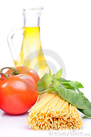Spaghetti with tomatoes, olive oil and basil