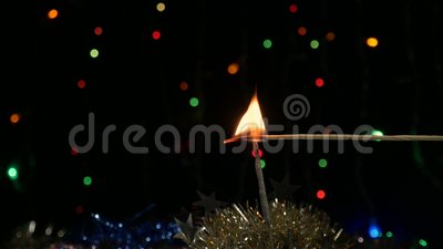 sparkler Het wordt aangestoken voor een nieuw jaar stock video
