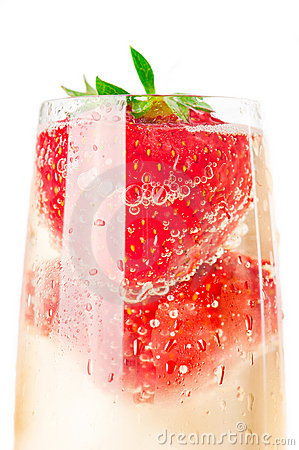 Free Sparkling Wine (champagne) And Strawberry Royalty Free Stock Images - 19951269