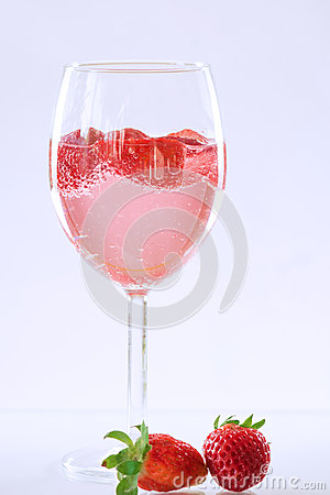 Free Sparkling Wine Champagne And Strawberry Stock Images - 53015054