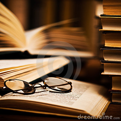 Free Spectacles On Books Stock Images - 15550604