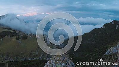 Spectaculair bewolkt landschap met bergen en nevelig alpien bos bij zonsondergang - stock video
