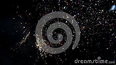 Spectaculaire Vuurwerkvertoning met confettien Het kleurrijke vuurwerk van de nieuwjaarviering Gloeiend, multicolored en fonkelin stock videobeelden