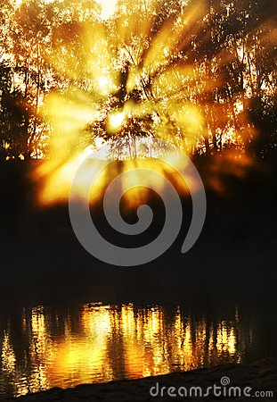 Free Spectacular Sunrise Sunbeams Bursting Through Mist Reflecting River Water Royalty Free Stock Photography - 115788037