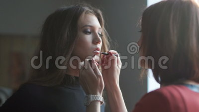Spezialist, der Make-up für Modell tut Bühne hinter dem Vorhang der Modeindustrie stock footage