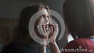 Spezialist, der Make-up für Modell tut Leicht machen Sie das junge Mädchen wieder gut stock video